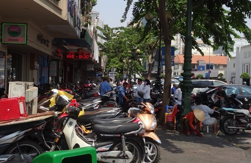 Đường Phan Chu Trinh (P.Bến Thảnh, Q.1) đậu xe máy không còn lối để người đi bộ - Ảnh: Phạm Hữu
