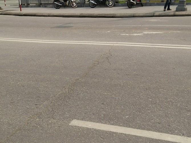 Cách chỗ sụt lút ở vị trí tiếp giáp giữa cầu và đường khoảng gần 1 mét là một đường nứt dài chạy ngang cầu.
