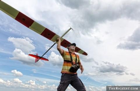 Chơi máy bay mô hình. Tiêu tốn khoảng 700 USD/ chiếc. Đây là một thú chơi khá mới dành cho các đại gia. Máy bay mô hình và điều khiển từ xa mang tới sự thoải mái, tính giải trí cao. Tuy nhiên, để mua một mô hình đầy đủ, mỗi đại gia cần bỏ ra khoảng 700 USD cho thiết kế, lắp đặt công nghệ. Đó là chưa kể các đồ chơi khác cho chiếc máy bay. Nói chung đây là một thú tiêu khiển chỉ các đại gia mới có thể theo đuổi