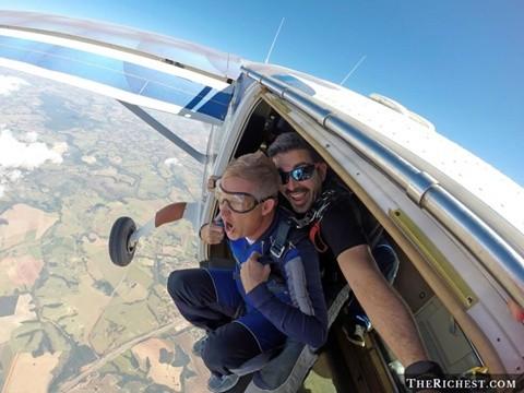 Skydiving. Tiêu tốn 150 - 250 USD/ một phút nhảy dù. Đây là một trong những thú vui tốn tiền nhất thế giới. Ngoài chi phí thuê sân bãi, sân bay, máy bay và dù, người ta phải sẽ mất khá nhiều tiền bạc để tập luyện.