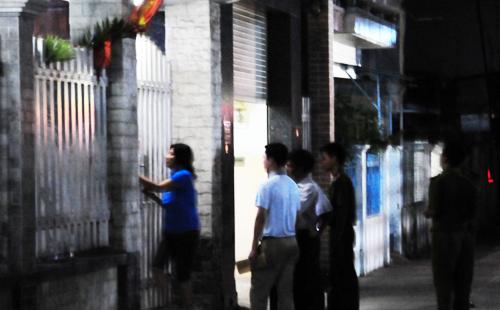 Cảnh sát đến khám xét nơi ở của ông Tòng vào đêm 31/3. Ảnh: A.X