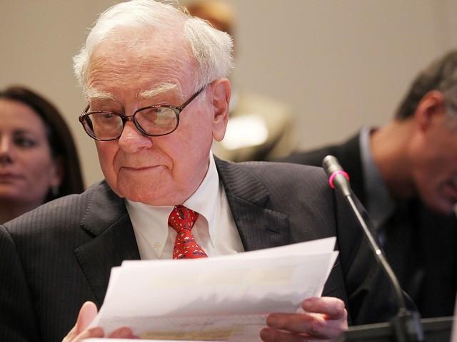 Từ các bản báo cáo cho tới báo chí, sách đều được Warren Buffett nghiền ngẫm hàng ngày.