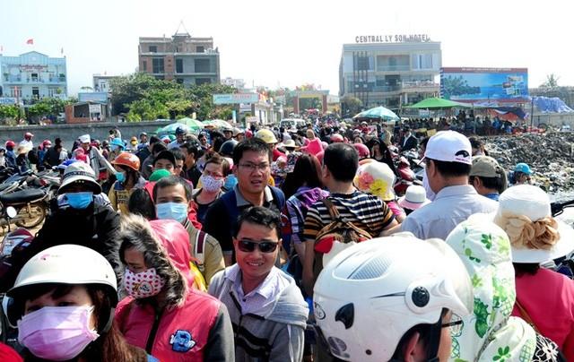 Du khách đến đảo Lý Sơn tăng đột biến, nhiều hộ dân đua nhau xây nhà nghỉ, khách sạn kinh doanh du lịch.