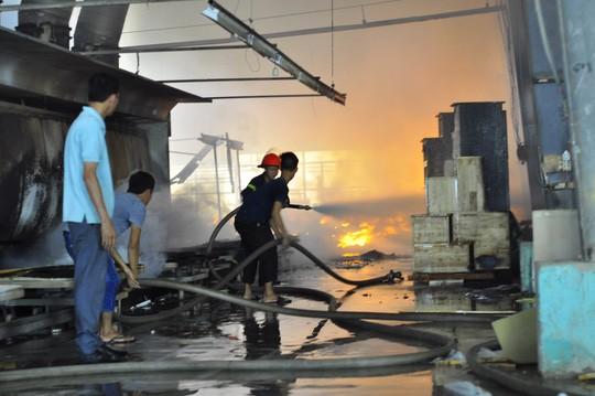 Công tác chữa cháy diễn ra trong nhiều giờ liền