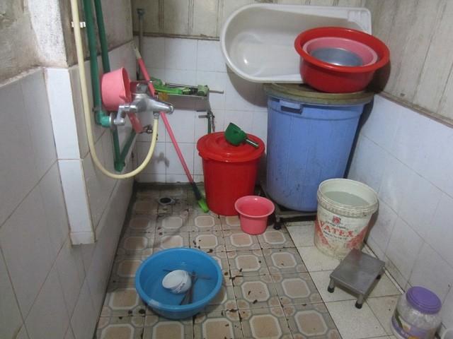 Nhà tắm gia đình biến thành nơi tiểu tiện.