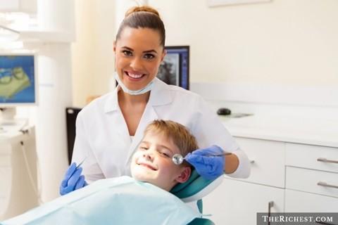 Người vệ sinh răng miệng. 71.000 USD/ năm. Không phải nha sĩ, đây chỉ là một người các công việc liên quan đến bề ngoài của hàm răng: làm trắng răng. Công việc này tùy thuộc vào công nghệ áp dụng nhưng không quá khó khăn và người làm việc chỉ cần biết sơ qua về quy trình, cách thực hiện