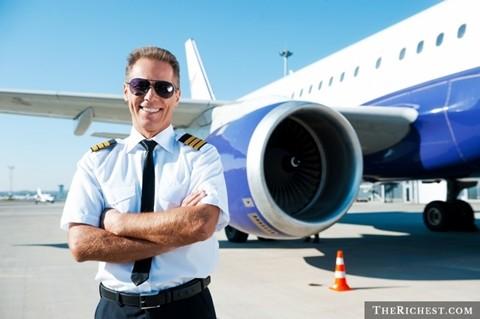 Phi công thương mại. 75.000 USD. Khó có thể nói phi công là một nghề dễ dàng để theo đuổi. Trên thực tế, người ta cũng mất kha khá thời gian để có được chứng chỉ phi công và làm quen rất nhiều với cảm giác về độ cao. Tuy nhiên, so với nhiều ngành nghề khác, phi công cũng là một nghề lương cao mà không phải học quá nhiều