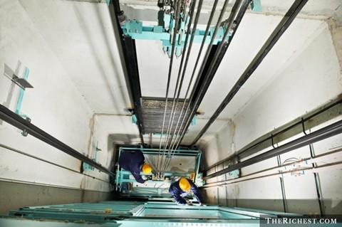 Công nhân lắp đặt/ sửa chữa thang máy. 78.000 USD/ năm. Cùng với việc các tòa nhà cao tầng chọc trời xuất hiện thì thang máy là điều không thể thiếu. Tuy nhiên, thang máy cũng cần bảo dưỡng định kỳ thường xuyên và thay thế liên tục để đảm bảo an toàn. Chính vì thế, người công nhân lắp đặt thang máy luôn bận rộn