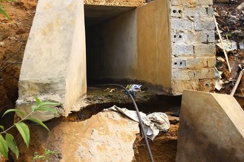 Hàng trăm m3 nước thải chưa qua xử lý được xả ra cống xuống thượng nguồn sông Bưởi.