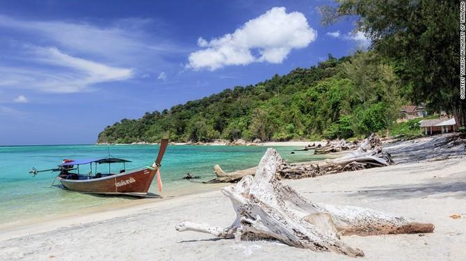 Ko Adang & # 39; s bãi biển đang đến bằng tàu đuôi dài.