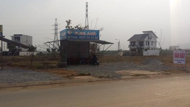 Tại Đà Nẵng, những ki-ốt rao bán, chào mời khách hàng mua nhà như thế này rất nhiều.