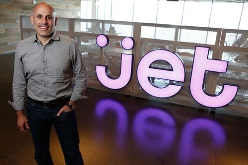 Marc Lore cùng với anh bạn thân Vinit Bharara sáng lập doanh nghiệp bán trực tuyến sản phẩm dành cho bà mẹ và em bé Diapers.com. Năm ngoái, tổng doanh thu đạt 89 triệu USD, phục vụ cho 550.000 khách hàng.