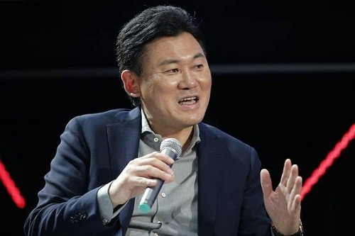 Hiroshi Mikitani là CEO của một trong những công ty thương mại điện tử lớn nhất Nhật Bản - Rakuten. Công ty này cũng thuộc top 10 doanh nghiệp Internet lớn trên thế giới với doanh thu hàng năm 5 tỷ USD. Tài sản cá nhân của Hiroshi Mikitani hiện trị giá 6,2 tỷ USD.
