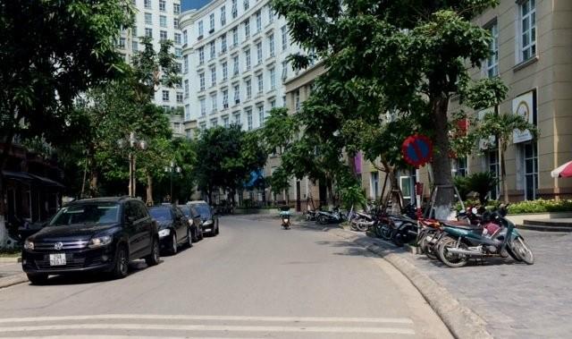 Tình trạng xe ô tô đỗ tràn lan mặt đường cũng không xa lạ tại KĐT cao cấp The Manor.