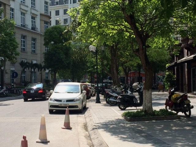 Ô tô, xe máy xếp tầng, xếp lớp từ vỉa hè, xuống lòng đường.