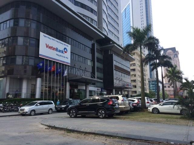 Ô tô chen nhau khu vực trước cửa tòa nhà Vinaconex 9.