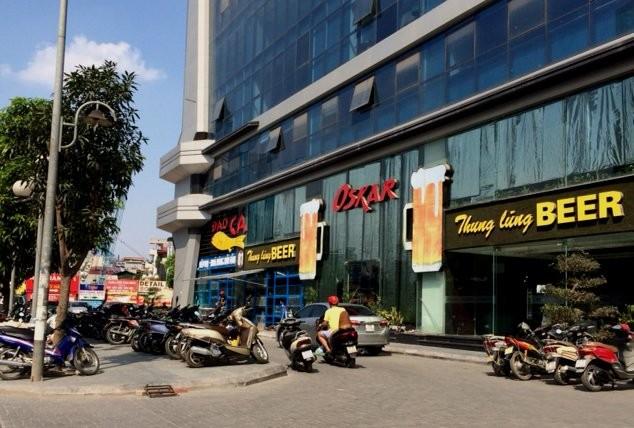 Xe xếp hàng đậu phía trước chung cư Stacity (đường Lê Văn Lương)- đây cũng là một trong những chung cư mới đi vào hoạt động.