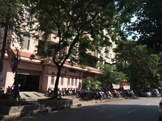 Các diện tích được tận dụng làm bãi đỗ xe khiến diện tích công cộng dành cho người dân bị thu hẹp.