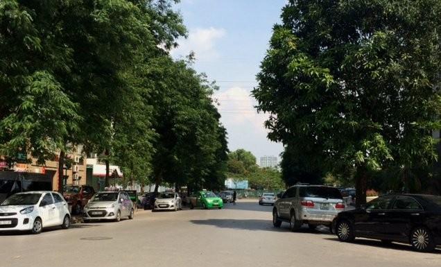 Xe ô tô xếp hang dài trên đường tại KĐT Mỹ Đình.