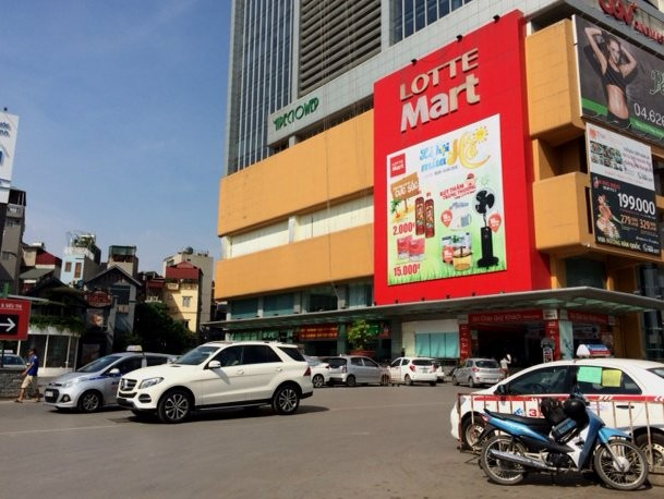 Chỗ để xe ô tô đang là vấn đề nhức nhối của hàng trăm chung cư tại Hà Nội. Quy định nhà cao tầng phải có ít nhất 3 tầng hầm có giải quyết được vấn đề nhức nhối trên?