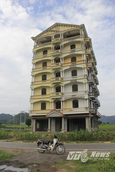 Tòa nhà được xây dựng từ năm 2010, sau khi Tàng bị bắt năm 2013 thì việc xây dựng cũng dừng lại.