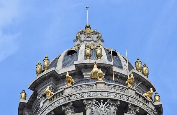 Biệt thự này được mệnh danh là Lâu đài gà vàng vì chủ nhân của chúng cho dát vàng 6 chú gà trên nóc biệt thự. (Ảnh: Zing)