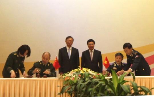 Phó Thủ tướng Phạm Bình Minh và Ủy viên Quốc vụ Trung Quốc Dương Khiết Trì chứng kiến lễ ký kết Bản ghi nhớ hợp tác giữa Bộ Tư lệnh Cảnh sát biển Việt Nam và Cục Cảnh sát biển Trung Quốc