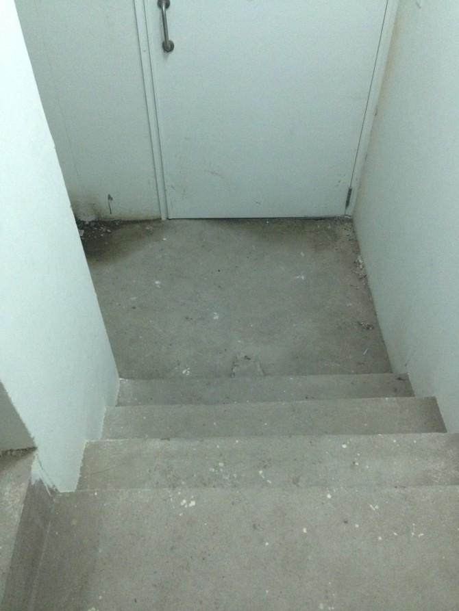 """Trong khi chờ lời hứa của chủ đầu tư, thì con đường chính là """"cuốc bộ"""" bằng cầu thang được nhiều cư dân lựa chọn để chuyển đồ lên các tầng trên. Ngoài ra việc di chuyển lên xuống của cư dân cũng thường xuyên phải sử dụng cầu thang này."""