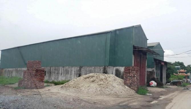 Những công trình kiên cố này ngang nhiên mọc trên đất nông nghiệp mà không hề được cấp giấy phép xây dựng.