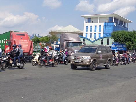 Cổng chính cảng Cát Lái trên đường Nguyễn Thị Định luôn quá tải kẹt xe