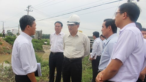 Phó chủ tịch UBND tỉnh Đồng Nai Trần Văn Vĩnh (người đội nón) đi kiểm tra thực tế tại dự án đường 25B vào ngày 6.7. Ảnh: Lê Lâm