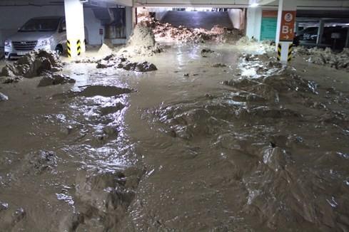 Đại diện Ban quản lý chung cư Gia Việt cho biết sau khi sự việc xảy ra, hàng chục ô tô và xe máy đang nằm ở tầng B2 bị kẹt cứng hoàn toàn