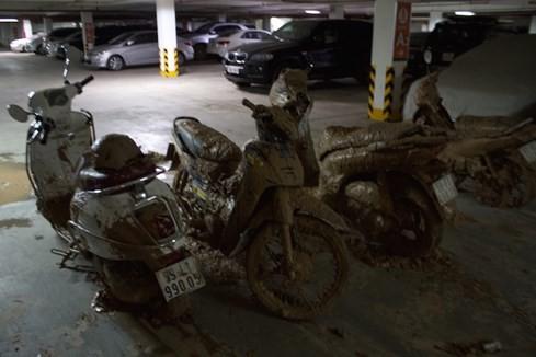 Hàng chục xe máy bị vùi lấp bởi bùn đất