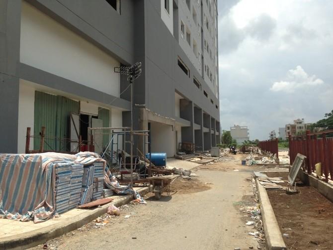 Khung cảnh ngổn ngan dưới sảnh chung cư HQC Plaza.
