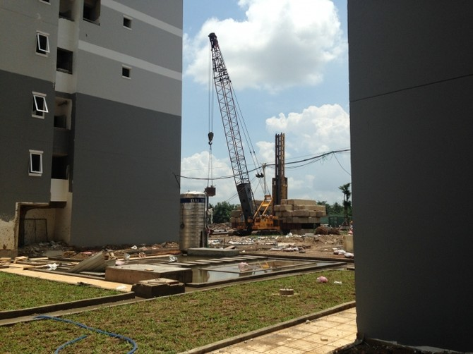 Công trường thi công đầy máy móc tại HQC Plaza.