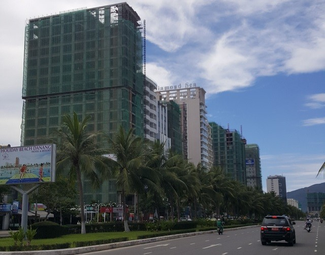 Chỉ riêng đoạn đường Trường Sa chưa đầy 700m đã có hàng chục khách sạn đang xây dựng