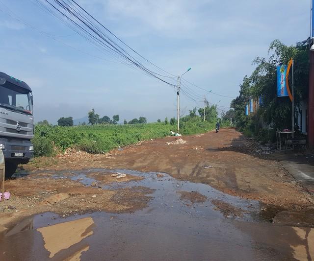 Con đường tập trung nhiều hộ dân sinh sống lay lắt chờ di dời