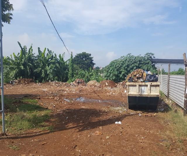 Theo sự hướng dẫn của một cán bộ Sở Xây dựng tỉnh, do để lâu không triển khai dự án đang trở thành một bãi chứa rác khổng lồ giữa lòng thành phố