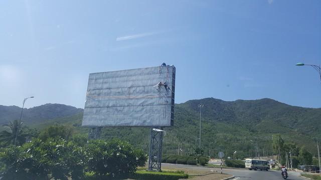 Biển quảng cáo một dự án nghỉ dưỡng cao cấp tại đất vàng sân bay đang được xây dựng