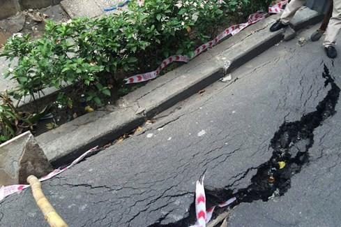 Đường Trường Sa bất ngờ nứt toác từ vỉa hè ra lòng đường ở Sài Gòn - ảnh 2