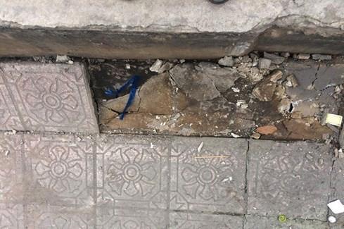 Đường Trường Sa bất ngờ nứt toác từ vỉa hè ra lòng đường ở Sài Gòn - ảnh 5