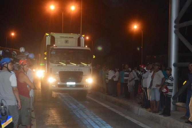 Nhiều người đổ ra đường chặn xe, quốc lộ 1 ách tắc suốt nhiều giờ - ảnh 4
