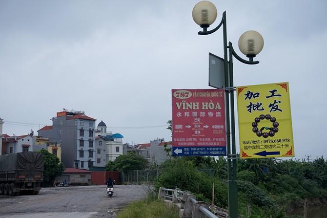 Biển hiệu ở ven sông Ngũ Huyện Khê.