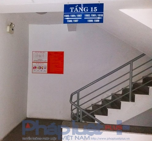 Trong khi đó, tiêu lệnh PCCC lại nằm một góc cạnh cầu thang bộ, ít người qua lại vàxa hộp cứu hỏa.