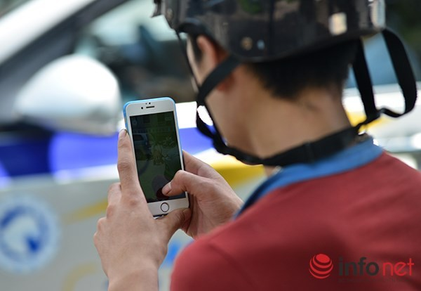 Màn hình điện thoại của một người đi xe máy bất ngờ dừng dưới lòng đường để bắt Pokemon được phóng viên chụp lại.