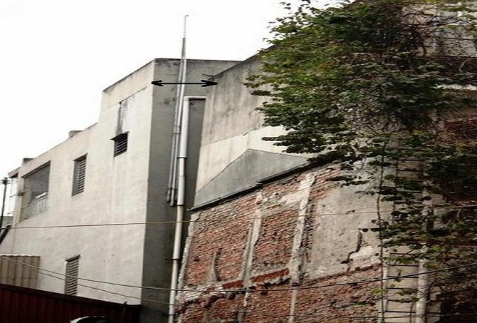 Hình ảnh ngôi nhà nghiêng khoảng 50-60cm, phần sân trước lún hẳn về một phía được ghi nhận vào năm 2014. (Ảnh Vũ Quang)