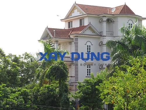 Chủ nhân của dinh cơ với đầy đủ ao, vườn, xế đẹp này là ông Vũ Anh Thắng - Chủ tịch HĐQT Doanh nghiệp Anh Thắng - một người làm trong lĩnh vực khoáng sản nổi tiếng tại Thái Nguyên.