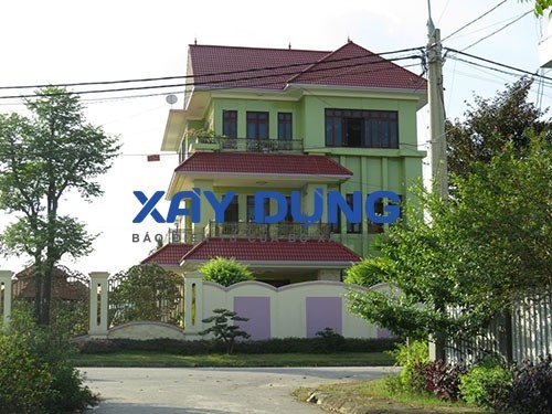Dinh thự của doanh nhân Chu Phương Đông - Giám đốc Công ty CP Luyện kim đen Thái Nguyên- tuy nhỏ hơn về quy mô nhưng vẫn bộc lộ được sự sang trọng, thể hiện cá tính và sự giàu có của chủ nhân.