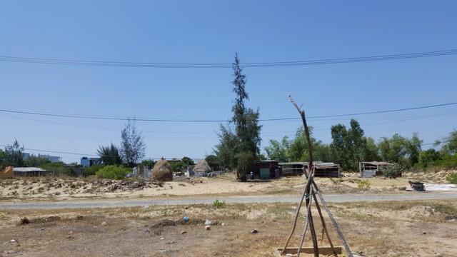 Trong lúc đó, bên trong khu vực quy hoạch xây dựng Làng Đại học Đà Nẵng, tình trạng sang nhượng đất, xây dựng nhà trái phép lại diễn ra phức tạp.