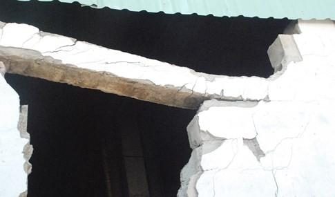 Gầm cầu vượt ngay trung tâm Sài Gòn bể nát các mảng tường bê tông - ảnh 3